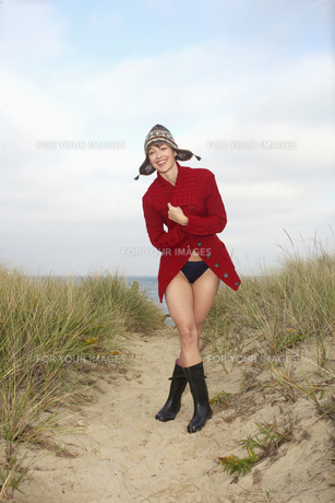 Woman in hat and cardigan on beachの素材 [FYI00900603]