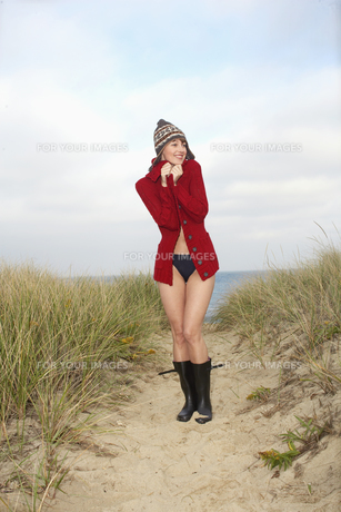 Woman in hat and cardigan on beachの素材 [FYI00900623]