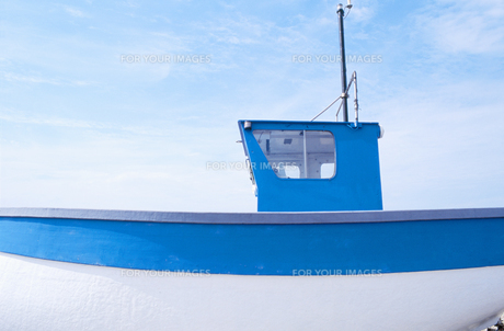 Blue and white fishing boatの素材 [FYI00900684]