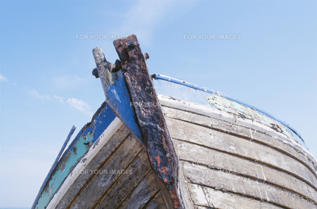 Old boat against skyの素材 [FYI00900693]