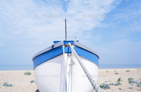 Boat on shingle beachの素材 [FYI00900719]