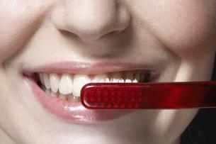 Woman brushing teethの素材 [FYI00900743]