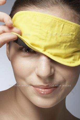 Young woman wearing sleep maskの素材 [FYI00900765]