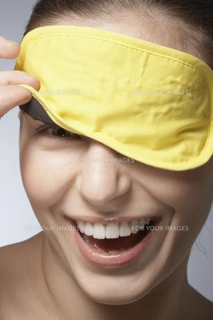 Young woman wearing sleep maskの素材 [FYI00900767]
