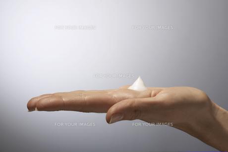 Moisturizer on womans handの素材 [FYI00900777]