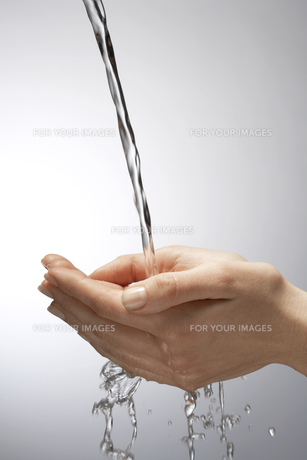Water pouring on handsの素材 [FYI00900825]