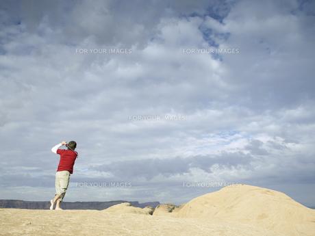 Man playing golf at rock strataの素材 [FYI00901074]