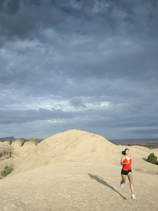 Woman jogging in desertの素材 [FYI00901089]