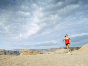 Woman jogging in desertの素材 [FYI00901090]
