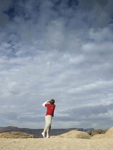 Man playing golf at rock strataの素材 [FYI00901093]