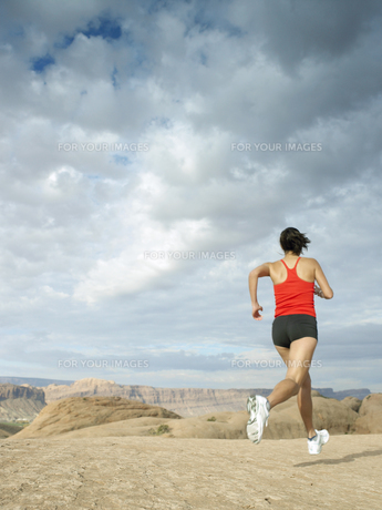 Woman jogging in desertの素材 [FYI00901108]