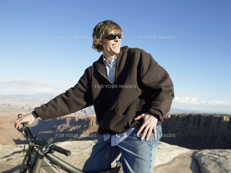 Young man with mountain bikeの素材 [FYI00901112]