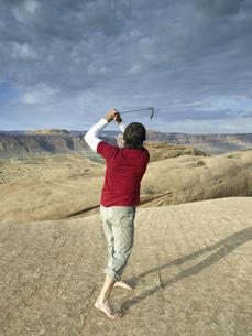 Man playing golf in desertの素材 [FYI00901137]