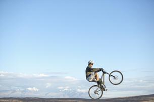 Man jumping with mountain bikeの素材 [FYI00901139]