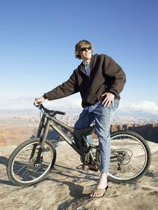 Young man with mountain bikeの素材 [FYI00901143]