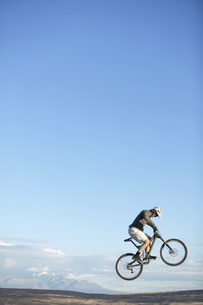 Man jumping with mountain bikeの素材 [FYI00901153]