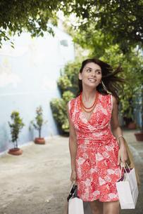 Woman carrying shopping bagsの素材 [FYI00901269]
