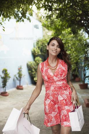 Woman carrying shopping bagsの素材 [FYI00901270]