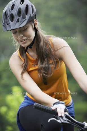 Young woman cyclingの素材 [FYI00901340]