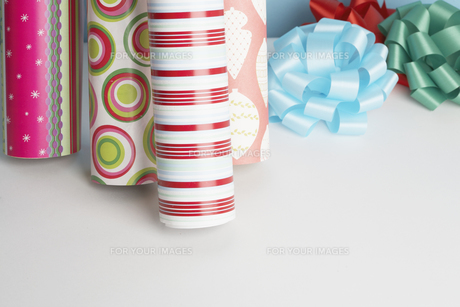 Wrapping paper and ribbons on floorの素材 [FYI00901526]