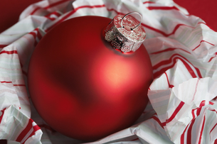 Red bauble on wrapping paperの素材 [FYI00901528]