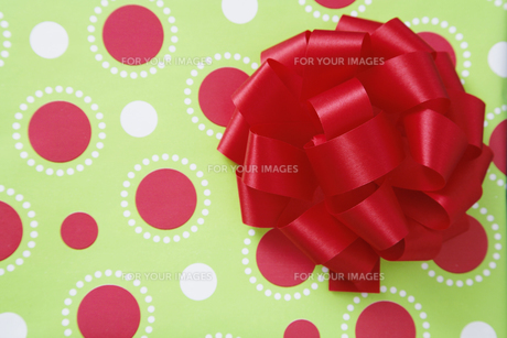 Ribbon bow on wrapping paperの素材 [FYI00901558]