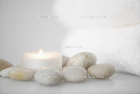 Towels beside candle and stonesの素材 [FYI00901594]