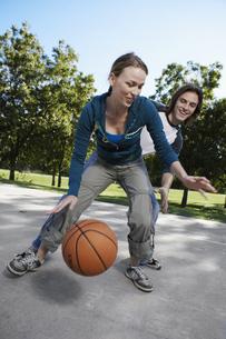 Young couple playing basketballの素材 [FYI00901617]