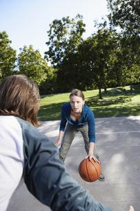 Young couple playing basketballの素材 [FYI00901619]