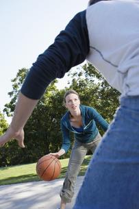 Man and woman playing basketballの素材 [FYI00901625]