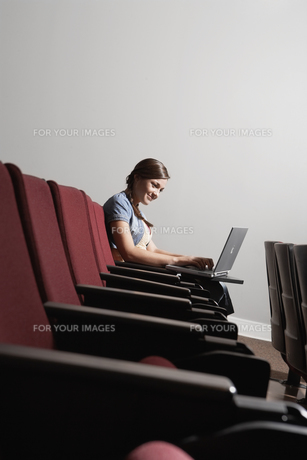 student using laptop in lecture theaterの素材 [FYI00901642]