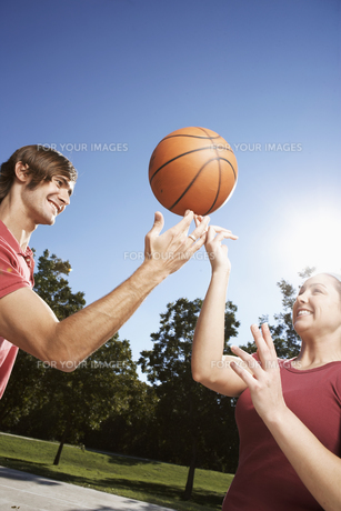 Woman and man spinning tball on fingerの素材 [FYI00901651]
