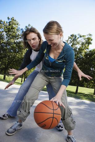 Young couple playing basketballの素材 [FYI00901656]