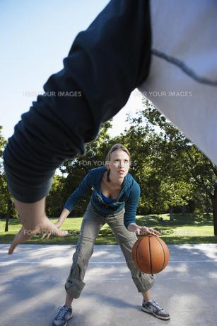 Man and woman playing basketballの素材 [FYI00901658]