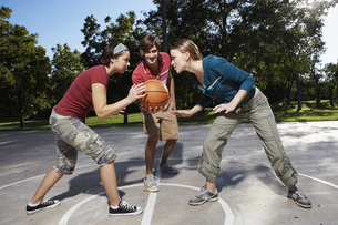 Three people playing basketballの素材 [FYI00901664]