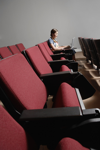 student using laptop in lecture theaterの素材 [FYI00901673]