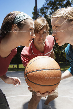 Three people playing basketballの素材 [FYI00901689]