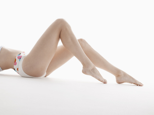 Young womans bare legsの素材 [FYI00901738]