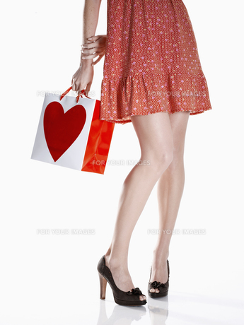woman in red dress holding shopping bagの素材 [FYI00901807]