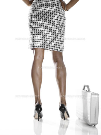 Businesswoman with briefcaseの素材 [FYI00901824]
