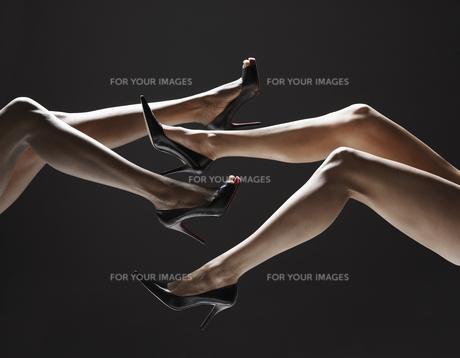 Low section of women wearing stilettosの素材 [FYI00901860]