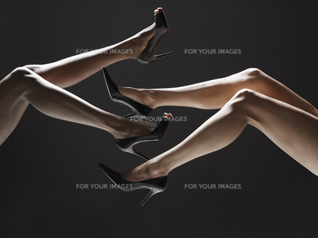 Low section of women wearing stilettosの素材 [FYI00901868]