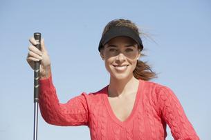 Portrait of woman with golf clubの素材 [FYI00901923]