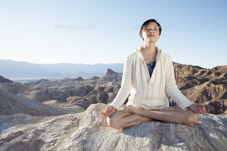 Woman meditating in desertの素材 [FYI00901994]