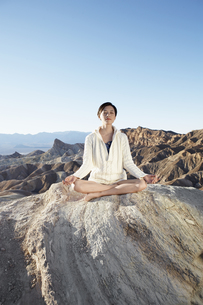 Woman meditating in desertの素材 [FYI00901997]