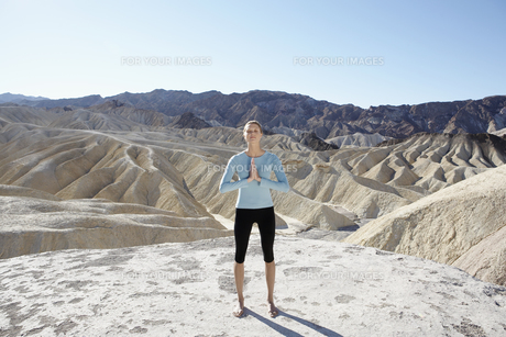 Young woman doing yoga in desertの素材 [FYI00902034]