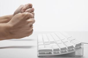 Womans fists near computer keyboardの素材 [FYI00902302]