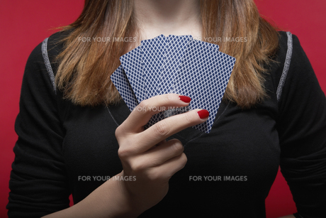 Close-up of woman holding hand of cardsの素材 [FYI00902304]