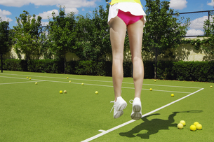 Low section of tennis player jumpingの素材 [FYI00902367]