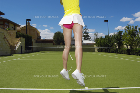 Low section of tennis player jumpingの素材 [FYI00902368]